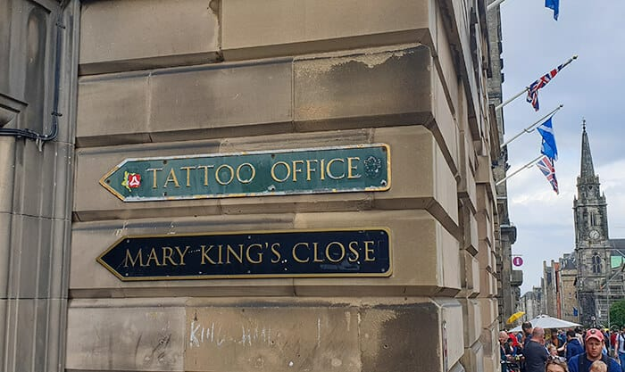 Sign for Mary Kings Close on a wall pointing towards the hot Edinburgh Attraction