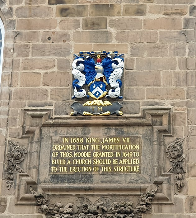 Plaque dedicated to King James VII - Blue and white image of a Knight and flag