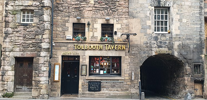 The entrance of the Tolbooth Tavern in Edinburgh. Old Tolbooth Wynd is next to the front door and window of the pub.